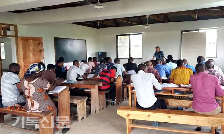 홍철 선교사가 교수사역을 했던 탄자니아개혁신학교의 과거 수업 모습. 현재는 중지되어 모든 신학생들이 집으로 돌아갔다.