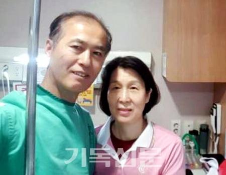 위암 판정을 받은 한태진 선교사가 병원에서 사모 송혜신 선교사의 돌봄을 받고 있다.