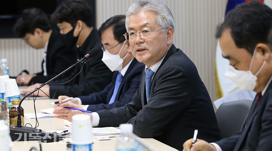 문체부 김용삼 제1차관이 최소한 전국 학교가 개학할 때까지는 한국교회가 주일예배를 영상으로 전환해줄 것을 요청하고 있다.