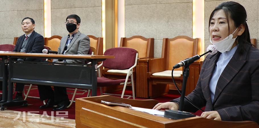 북기총 서기 유정은 목사(오른쪽)이 북한의 기독교 박해 중지를 촉구하는 입장문을 발표하고 있다.