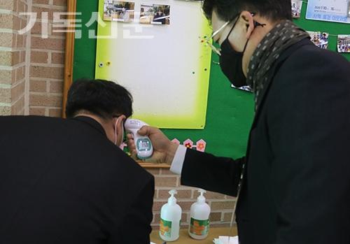 동전주노회 봄정기회에서 총대들의 입장에 앞서 발열검사가 이루어지고 있다.