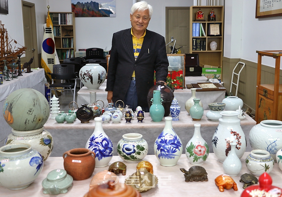 김제 연정교회 박주철 장로가 다문화사역을 위해 오랜 세월 자신이 소장해 온 골동품과 분재 작품들을 내놓고 바자회를 열고 있다.
