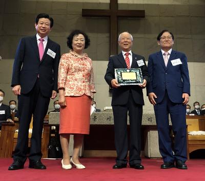 정성구 박사(오른쪽 두 번째)가 한장총 상임회장 김종준 목사(왼쪽 첫 번째)로부터 자랑스러운 장로교인 상을 수상하고 있다.