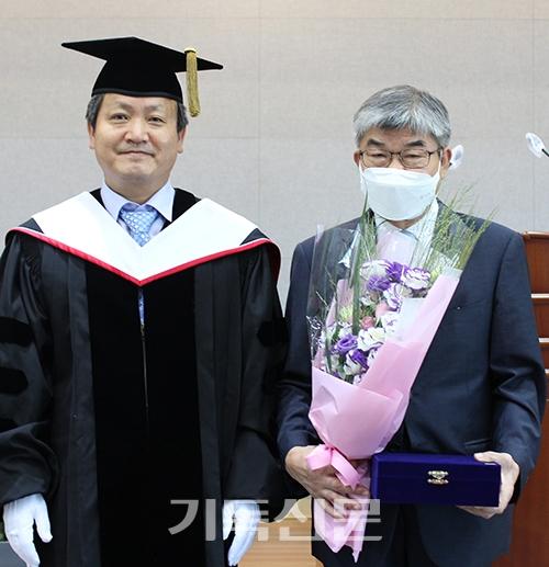 년간 몸담았던 대신대학교를 위해 학교발전기금을 기탁한 홍철 교수(오른쪽)가 최대해 총장과 퇴임기념식을 갖고 있다.