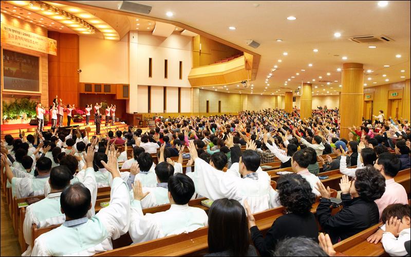 """성광교회 김희수 목사는 """"말씀과 기도로 성도의 삶이 거룩해진다""""고 강조한다. 그의 말처럼 성광교회는 성령이 충만한 예배, 제자훈련, 교회학교와 같은 본질적인 사역으로 건강성을 유지하고 있다."""