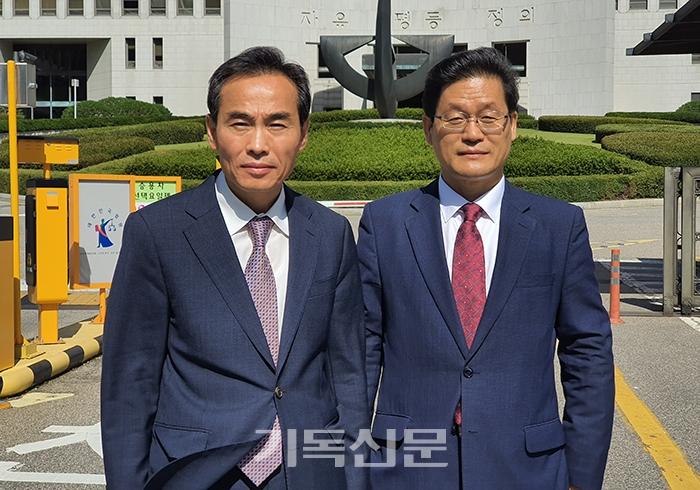 대법원에서 충남노회 노회장 자격을 인정받은 박노섭 목사(왼쪽)가 법원 앞에서 이상규 목사와 함께 소감을 밝히고 있다.