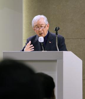 한완상 교수가 '평화통일 여정에서 한국기독교의 역할'을 주제로 강연하고 있다.