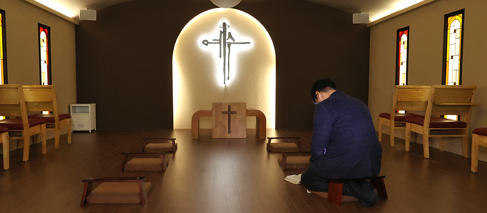 """""""예수 그리스도는 날로 더욱 귀하다"""" 코로나19 팬데믹으로 2020년 한국교회는 사상 초유의 곤혹을 치렀다. 눈에 보이지 않는 작은 바이러스에도 혼돈할 수밖에 없는 세상을 경험했기에, 흔들리지 않는 영원한 소망이 우리에게 있음이 감사하다. 한 해를 마무리하며 신용산교회 기도실에서 한 교인이 기도하고 있다. 권남덕 기자 photo@kidok.com"""