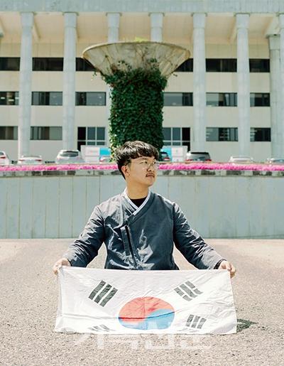 활발한 역사 발굴 활동으로 대한민국 인재상을 수상한 청년 사진작가 천승환 씨.