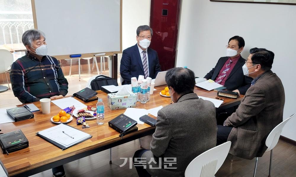 통일준비위원회 임원들이 3월 임원회를 갖고 통일기도회 일정을 논의하고 있다.