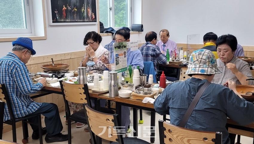 광주생명교회가 준비한 위로회에 참석해 식사 중인 광주노회 은퇴목사 부부들.