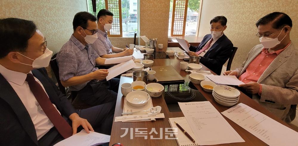 WEA연구위원회 위원들이 연구결과 정리에 앞서 열띤 토론을 벌이고 있다.