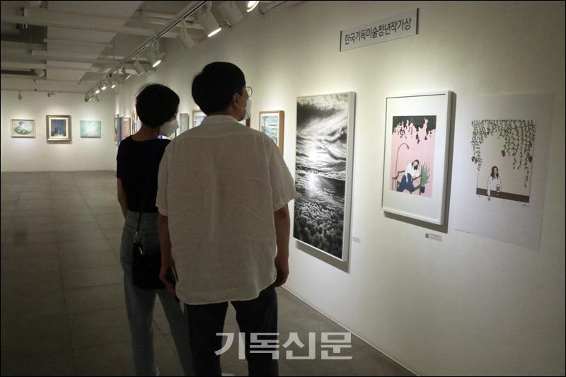 8월 4일 서울 인사동 갤러리라메르에서 개최된 제56회 한국기독교미술인협회 정기전에서 관람객들이 한국기독미술청년작가상을 수상한 작가들의 작품을 감상하고 있다.