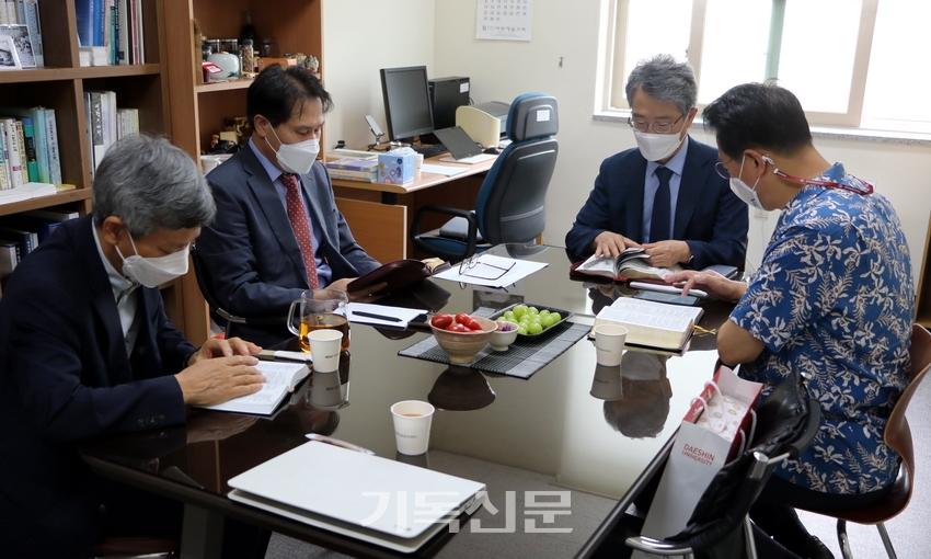 총회역사위원회가 이번 회기를 결산하는 임원회를 열고 있다.