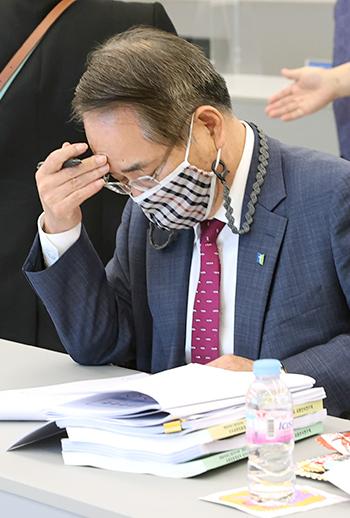 법인이사장 김기철 목사가 총신대 정관개정안을 검토하고 있다. 권남덕 기자 photo@kidok.com