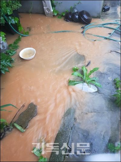 폭우가 거듭되는 계절이면 정읍 새소망교회는 반복되는 수해로 고통을 겪는다.