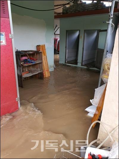 태풍 오마이스로 82년 역사 이래 처음으로 수해를 당한 합덕교회.