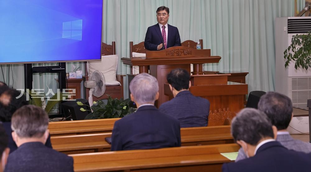 은혜로운 동행, 함께하는 첫걸음으로 금당중앙교회를 방문한 자리에서 배광식 총회장이 설교를 하고 있다.