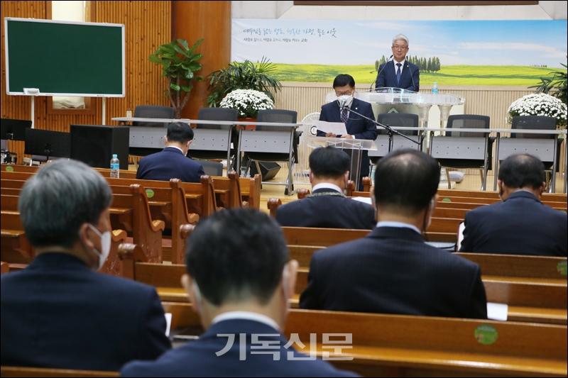 여수노회장로회연합회 임시총회에서 미래자립교회 지원사업에 대한 보고가 이루어지고 있다.