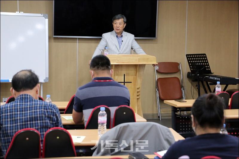 전서CE 주최 교회사아카데미 제2기 개강식에서 라은성 교수가 중세교회사를 이해하는 핵심사항들에 대해 강의하고 있다.